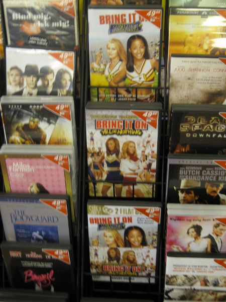 Jaja, billedet er rystet. En ting er, at lave en mindre om-organisering af DVD'erne så jeg kunne få et billede der viste alle tre film samtidig. Men jeg var altså ikke lige klar til, også at slå flash'en til, på mit lille Canon lommekamera, OK?
