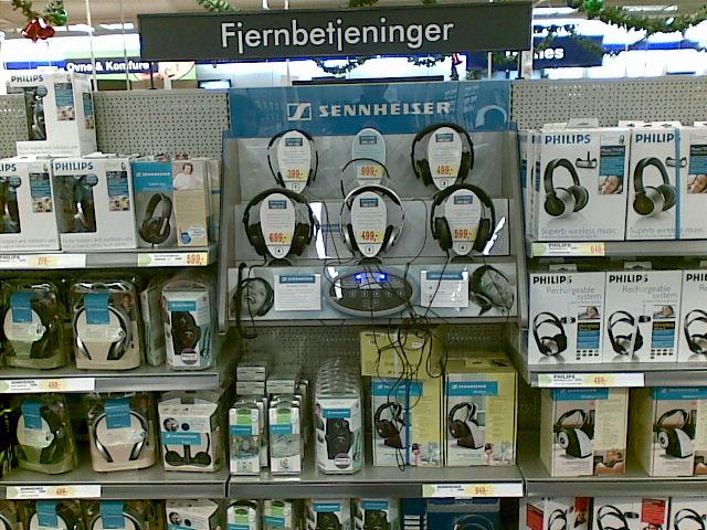 Hvor tit har man ikke ledt efter fjernbetjeningen? ElGiganten har fundet den perfekte løsning: Sæt dem på hovedet! Jeg fandt ikke ud af, om de også kan bruges som hovedtelefoner.