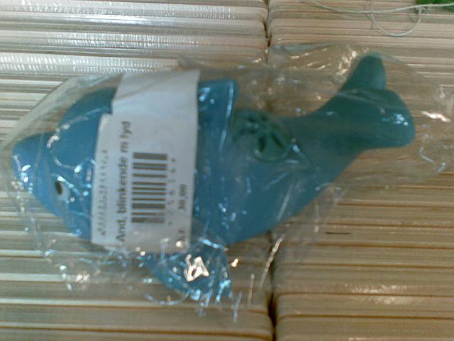 Hvis man læser teksten på stregkoden så er det en and, men jeg syntes altså det ligner en delfin.